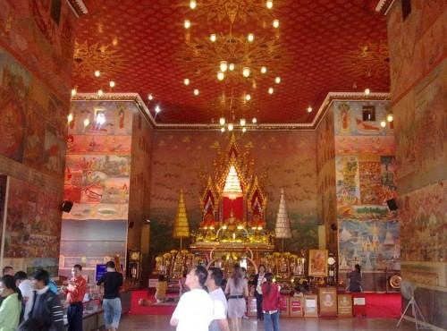The shrine room at Wat Po Chai
