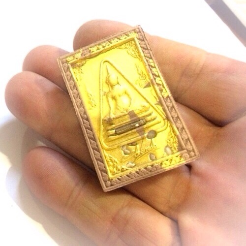 Real 24 ^ gold leaf blessing is pasted on the front face of the amulet