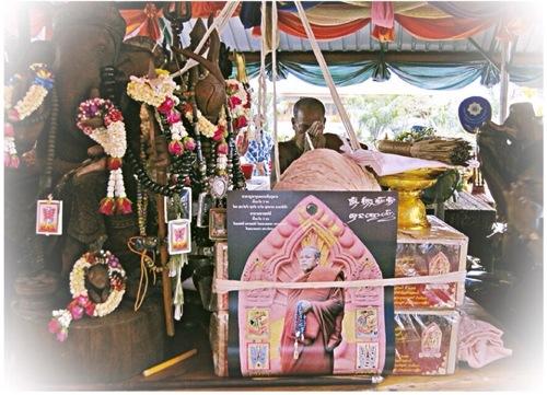 Kroo_Ba_Krissana_Intawano_empowering_amulets_during_his_Kammathana_retreat.JPG